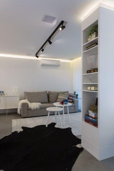 Sanca com LED e trilho de iluminação em sala de estar (foto: Máira Ritter)