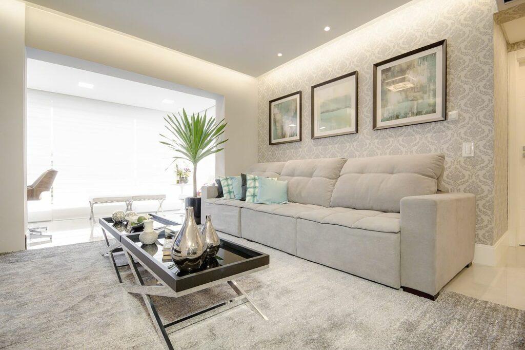 Sanca com LED em sala de estar com papel de parede e tapete cinza foto Escritório Machado & Weiss Arquitetura e Interiores