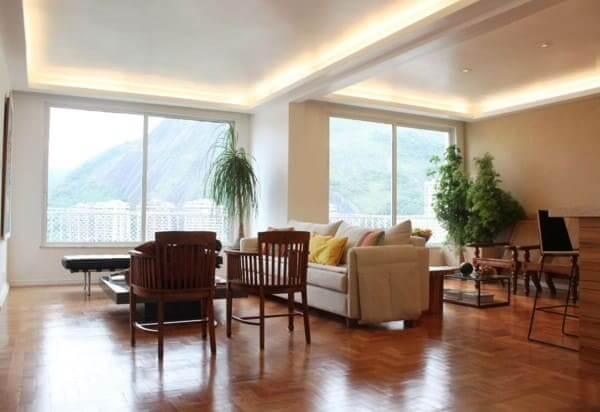 Sanca com LED em sala de estar com piso de madeira (foto: Mallemont Arquitetura)