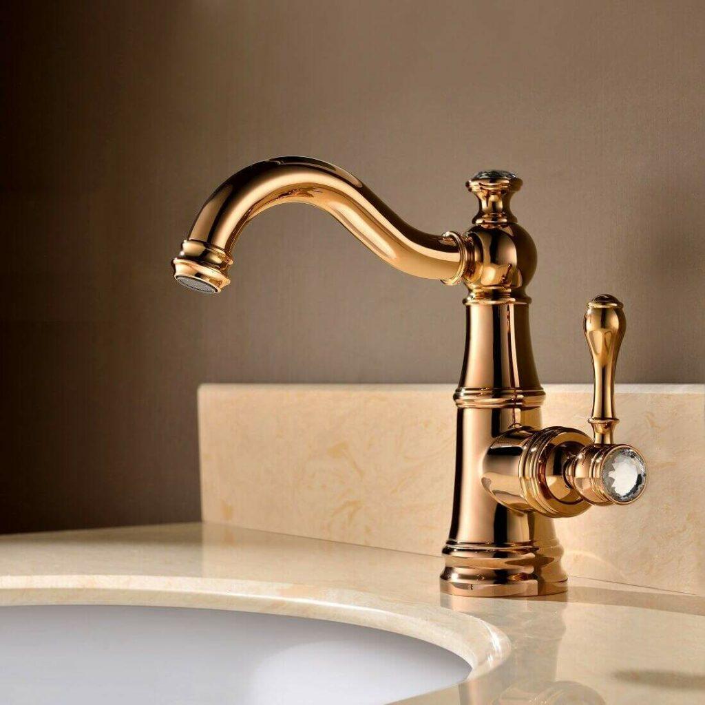 Torneiras diferentes torneira com misturador monocomando de mesa dourada com detalhe no puxador foto Bracci