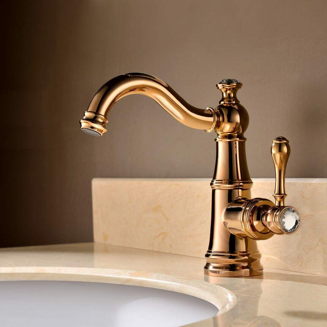 Torneiras diferentes: torneira com misturador monocomando de mesa dourada com detalhe no puxador (foto: Bracci)
