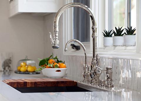 Torneiras diferentes: torneira de mesa prateada com estética ornamentada (foto: Rustic Sinks)