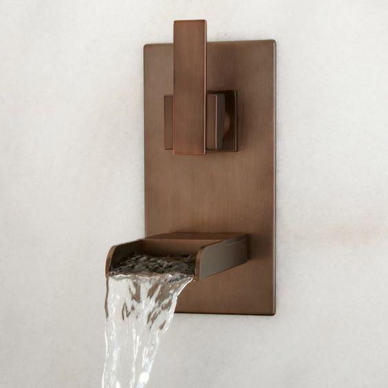 Torneiras diferentes: torneira de parede cromada com bica reta (foto: build.com)