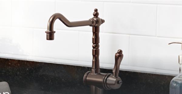 Torneiras diferentes: torneira de tom cobre com bica curva (foto: Faucet Warehouse)