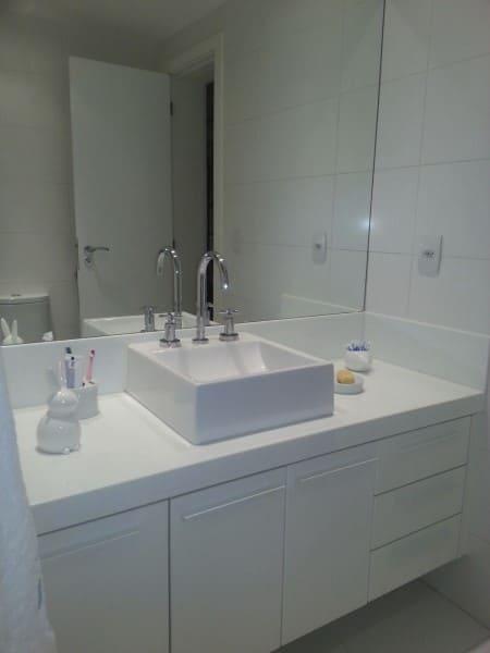 Bancada de banheiro com marmoglass branco (foto: Ana Ozenda Arquitetura + Interiores)