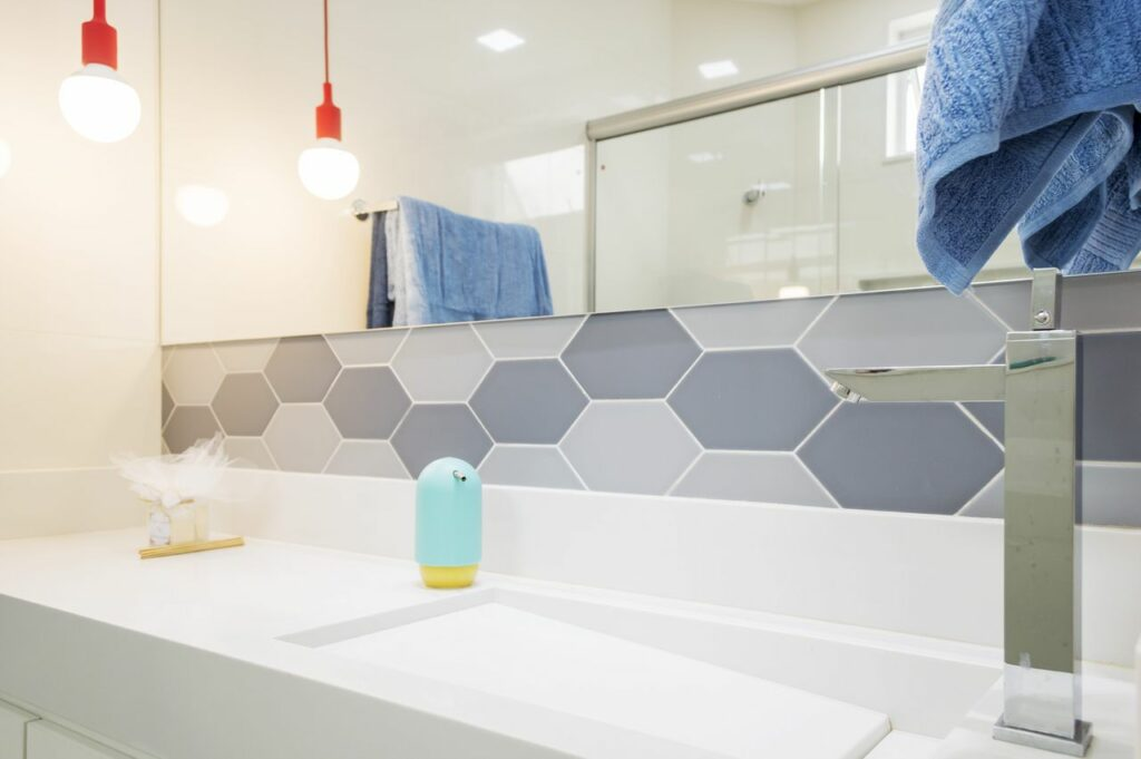 Bancada de banheiro em marmoglass foto Vitral Arquitetura