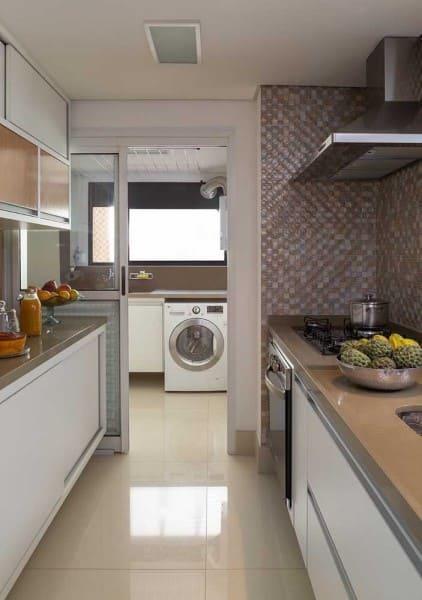 Bancada de cozinha com marmoglass de tom neutro (foto: Decor Fácil)