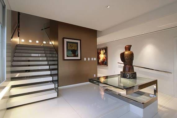 Escada em marmoglass com guarda-corpo de vidro (foto: Casa e Construção)