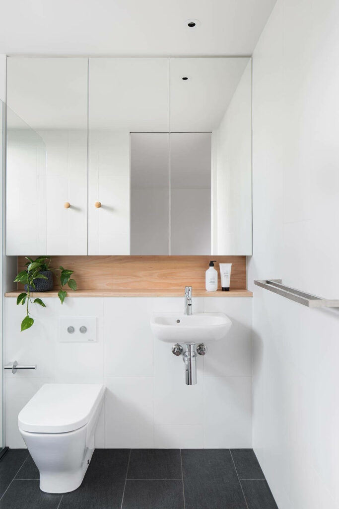 Espelheira e cuba suspensa branca. Fonte: Archdaily