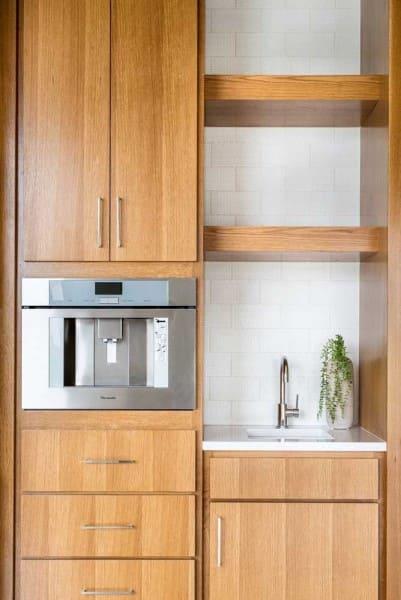 Marmoglass branco em pia de cozinha planejada (foto: Decor Fácil)
