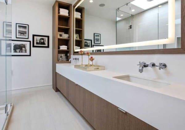 Marmoglass em bancada do banheiro com armários em madeira (foto: Decor Fácil)
