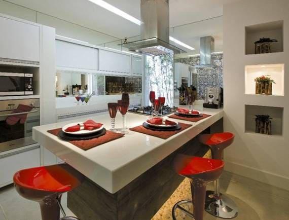 Marmoglass em ilha de cozinha com banquetas vermelhas (foto: Decor Fácil)