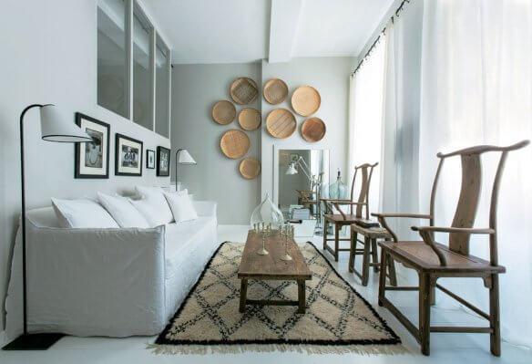 Materiais naturais: peneiras de palha decoram a sala de estar. Fonte: Viajando no Apê