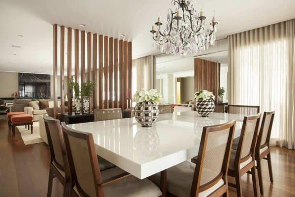 Mesa de jantar de marmoglass em sala de jantar com pendente (foto: Total Construção)