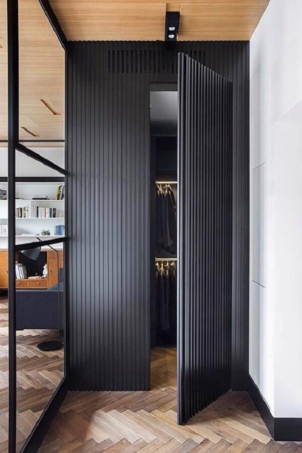 Modelo de porta de madeira ripada pintada traz um toque sofisticado ao ambiente. Fonte: Deborah Pereira