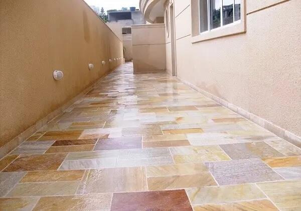 O revestimento de pedra São Tomé mesclado foi escolhido para compor o piso do corredor. Fonte: Paraíso das Pedras