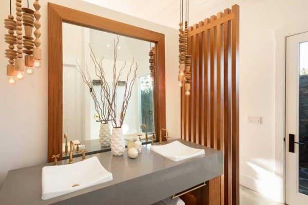 Pia dupla com bancada em marmoglass e divisória de madeira (foto: Decor Fácil)